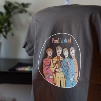 Detalle camiseta gris Paul